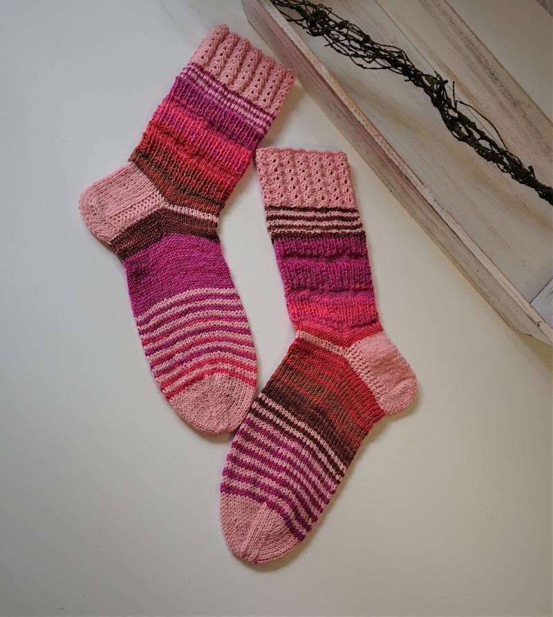 Kleinesbild - Gestrickte bunte Socken in Beeren Tönen und Rosa,  Kuschelsocken mit Zopfmuster ,  Gr. 38/39 , handgestrickt von la piccola Antonella