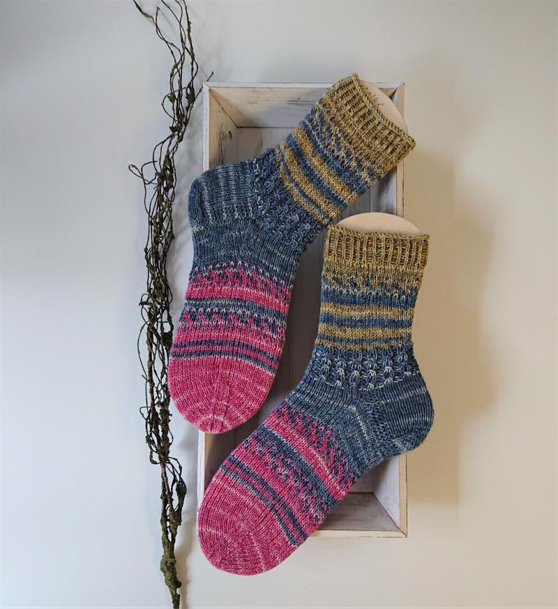 Kleinesbild - Gestrickte bunte Socken in grün blau beere , weiche Kuschelsocken ,  Gr. 40/41 , handgestrickt von la piccola Antonella
