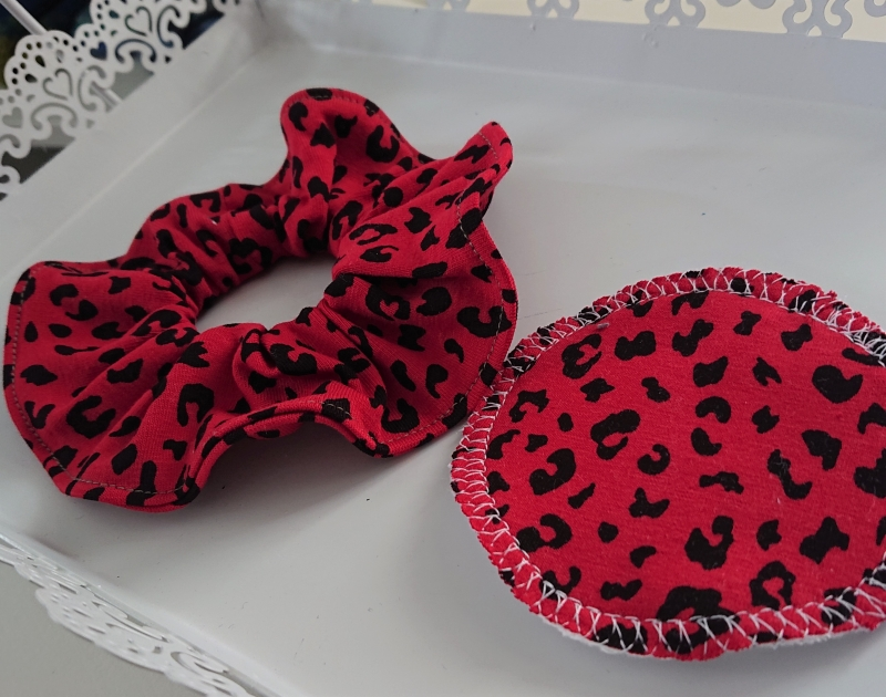 Kleinesbild - Scrunchy  Scrunchies , Haargummi aus  Baumwolle mit Leo Print in rot,  tragbar auch als Armband , inkl.  1 Kosmetikpad, Handmade by la piccola Antonella