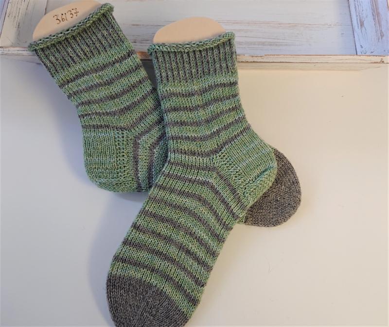Kleinesbild - Gestrickte  Socken mit Ringeln in grün und grau , Stricksocken, Kuschelsocken, Gr. 36/37 , handgestrickt von la piccola Antonella