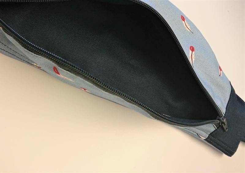 Kleinesbild - Bauchtasche in hellblau mit kleinen Federn, tragbar auch als Crossbag, handmade by la piccola Antonella