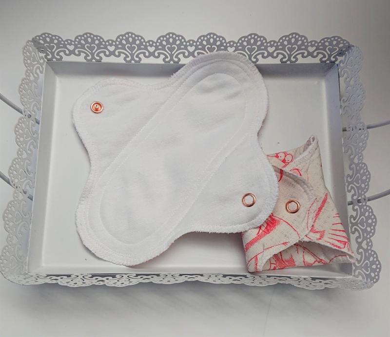 Kleinesbild - Waschbare Slipeinlagen / Binden aus Baumwolle mit Schwänen in beige lachs, 2 Stück, Zero Waste, handmade by la piccola Antonella