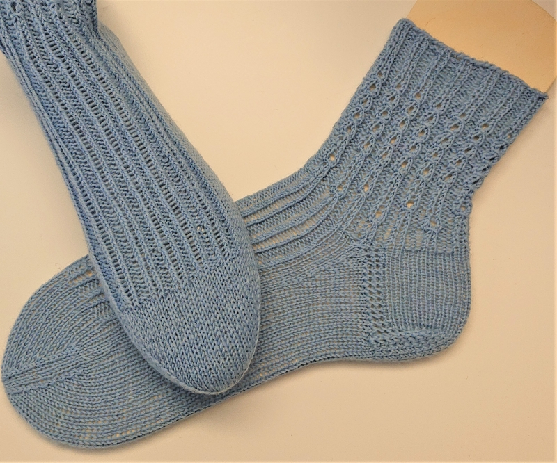 Kleinesbild - Gestrickte Socken mit Zopfmuster in blau, Stricksocken, Kuschelsocken, Gr. 40/41 , handgestrickt von la piccola Antonella