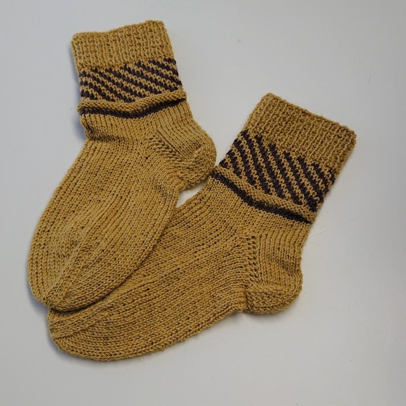 Kleinesbild - Gestrickte Socken für Kinder in gelb braun mit Einstrickmuster im Schaft, Stricksocken, Kuschelsocken, Gr. 28/29, handgestrickt von la piccola Antonella