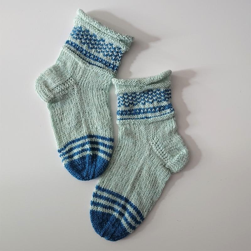 Kleinesbild - Gestrickte Socken für Kinder in mint blau mit Einstrickmuster im Schaft, Stricksocken, Kuschelsocken, Gr. 28/29, handgestrickt von la piccola Antonella