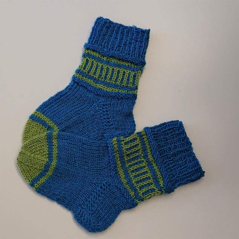 Kleinesbild - Gestrickte Socken für Kinder in blau grün, Stricksocken gestreift, Kuschelsocken, Gr. 20/21, handgestrickt von la piccola Antonella
