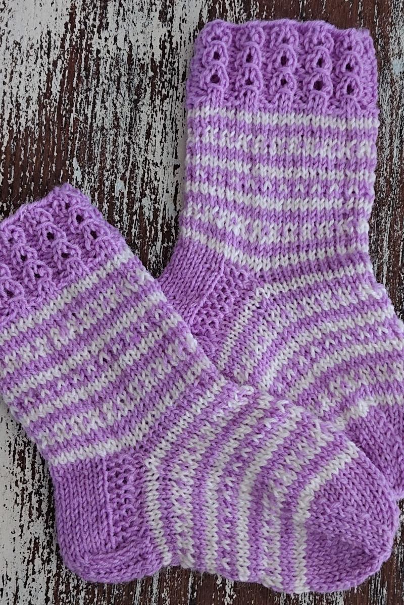 Kleinesbild - Gestrickte Socken für Kinder in lila weiß, Stricksocken gestreift, Kuschelsocken, Gr. 20/21, handgestrickt von la piccola Antonella