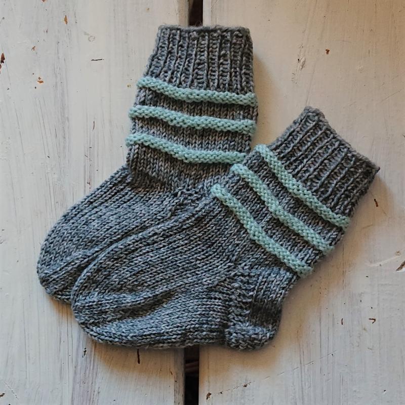 Kleinesbild - Gestrickte Socken für Kinder in grau mint, Stricksocken gestreift, Kuschelsocken, Gr. 18/19, handgestrickt von la piccola Antonella