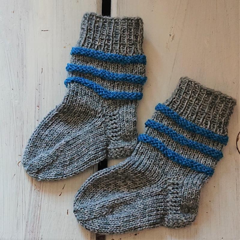 Kleinesbild - Gestrickte Socken für Babys in grau blau, Stricksocken gestreift, Kuschelsocken, Gr. 16/17, handgestrickt von la piccola Antonella
