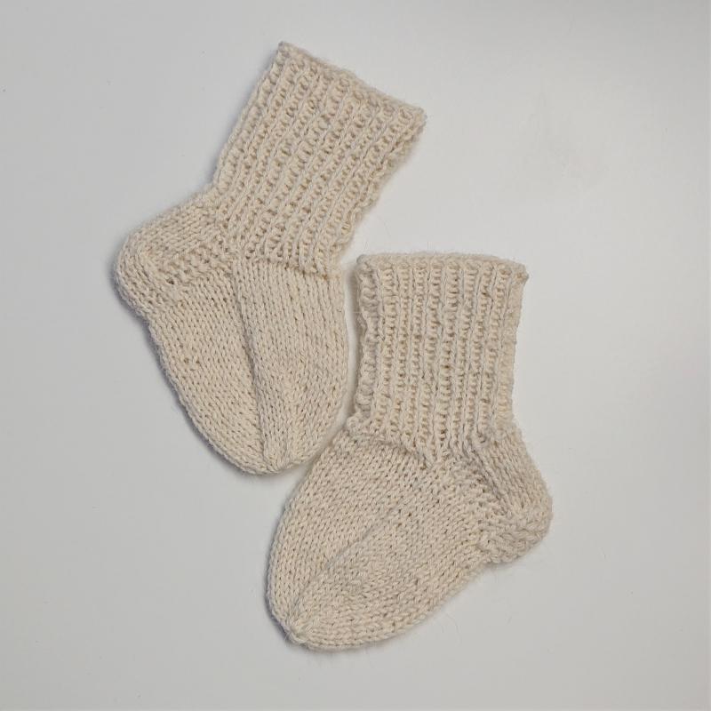 - Gestrickte Socken für Babys in naturweiß, Babysocken, Stricksocken, Kuschelsocken, ca. 0 - 3 Monate, handgestrickt von la piccola Antonella - Gestrickte Socken für Babys in naturweiß, Babysocken, Stricksocken, Kuschelsocken, ca. 0 - 3 Monate, handgestrickt von la piccola Antonella