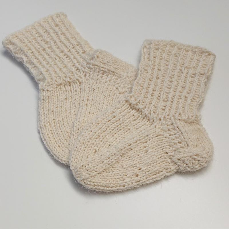 Kleinesbild - Gestrickte Socken für Babys in naturweiß, Babysocken, Stricksocken, Kuschelsocken, ca. 0 - 3 Monate, handgestrickt von la piccola Antonella