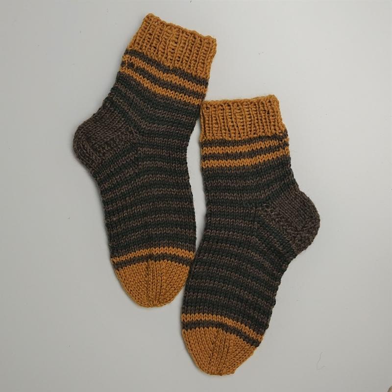 Kleinesbild - Gestrickte dicke Socken mit Streifen, Gr. 36/37 aus 8 fädiger Sockenwolle, Wollsocken, Kuschelsocken, handgestrickt von la piccola Antonella