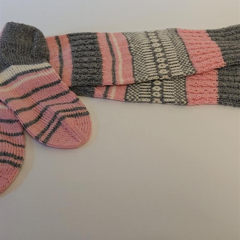 Kleinesbild - Gestrickte Socken, Kniestrümpfe mit Zopfmuster und Einstrickmuster, Gr. 38/39, Wollsocken, Kuschelsocken, handgestrickt von la piccola Antonella