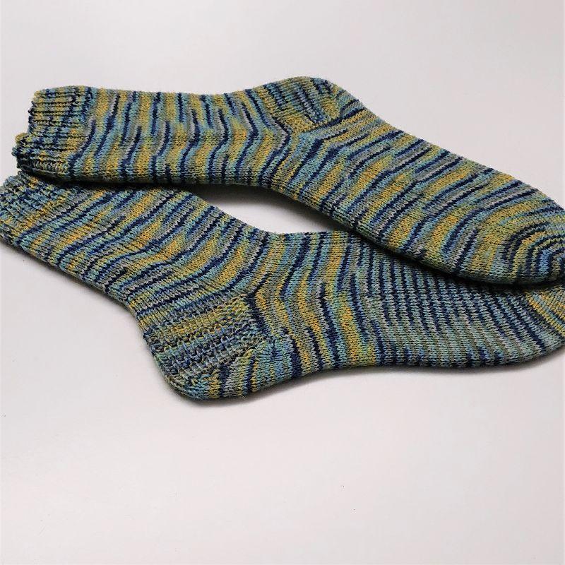 Kleinesbild - Gestrickte Socken für den Mann in türkis blau grün gelb, Gr. 42/43, Wollsocken, Kuschelsocken, handgestrickt, la piccola Antonella