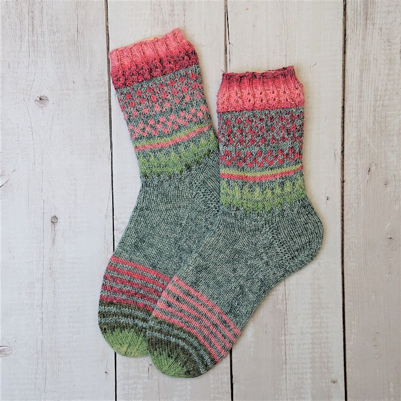Kleinesbild - Gestrickte Socken mit Einstrickmuster in grau rosa grün, Gr. 38/39, Stricksocken, Kuschelsocken, handgestrickt von  la piccola Antonella