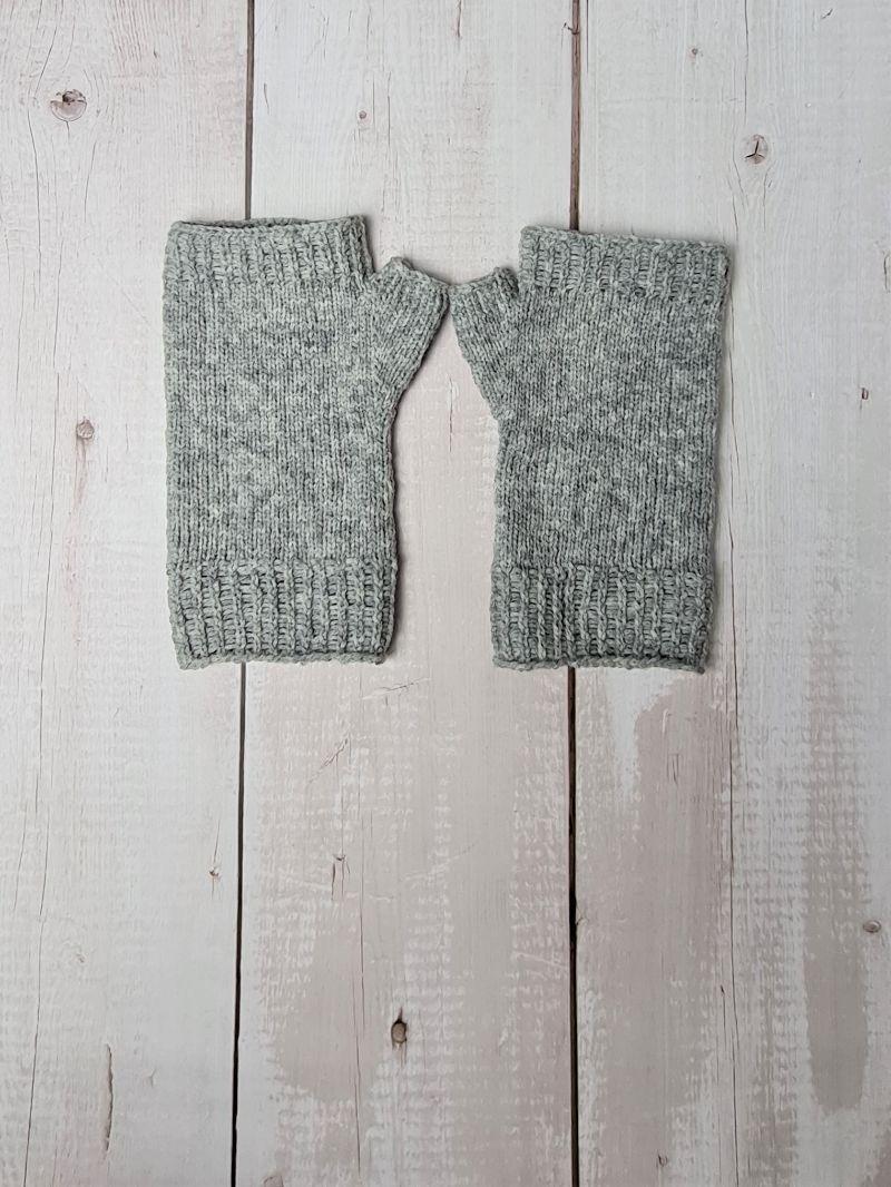 Kleinesbild - Gestrickte Arm Stulpen mit Daumen in grau, Fingerlose Handschuhe, Pulswärmer, Gr. M, handgestrickt von la piccola Antonella
