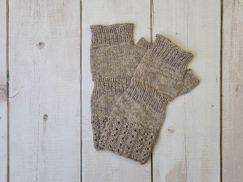 Kleinesbild - Gestrickte Arm Stulpen mit Daumen in beige, Fingerlose Handschuhe, Pulswärmer, Gr. L, handgestrickt von la piccola Antonella