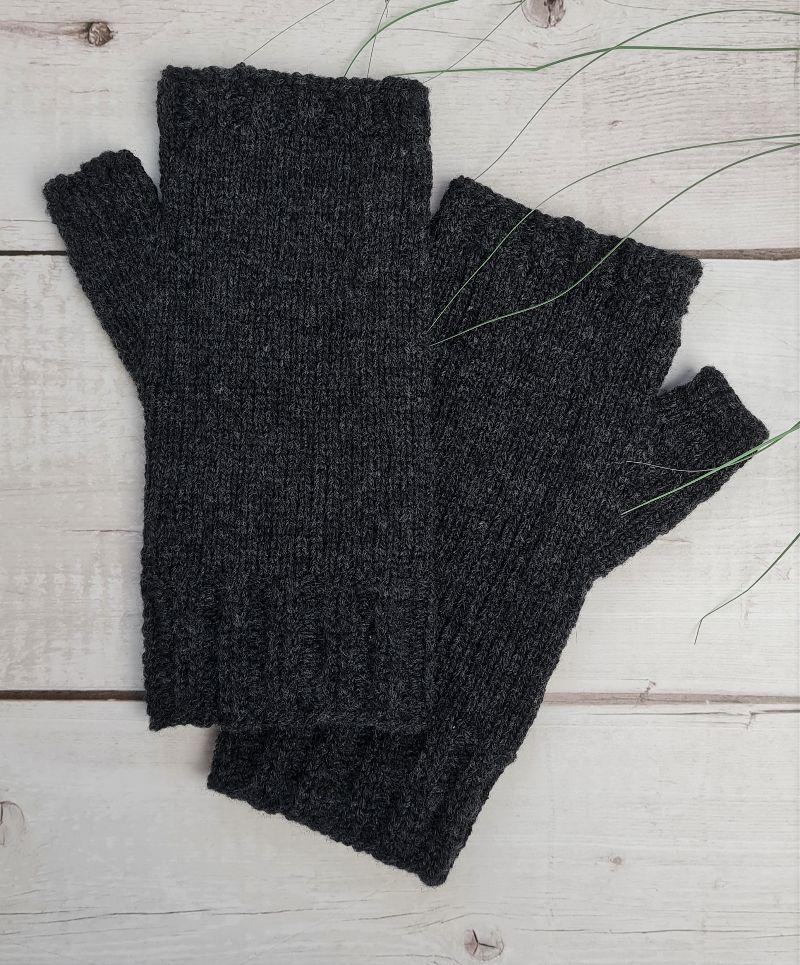 Kleinesbild - Gestrickte Arm Stulpen mit Daumen in dunkelgrau, Fingerlose Handschuhe, Pulswärmer, Gr. M, handgestrickt von la piccola Antonella