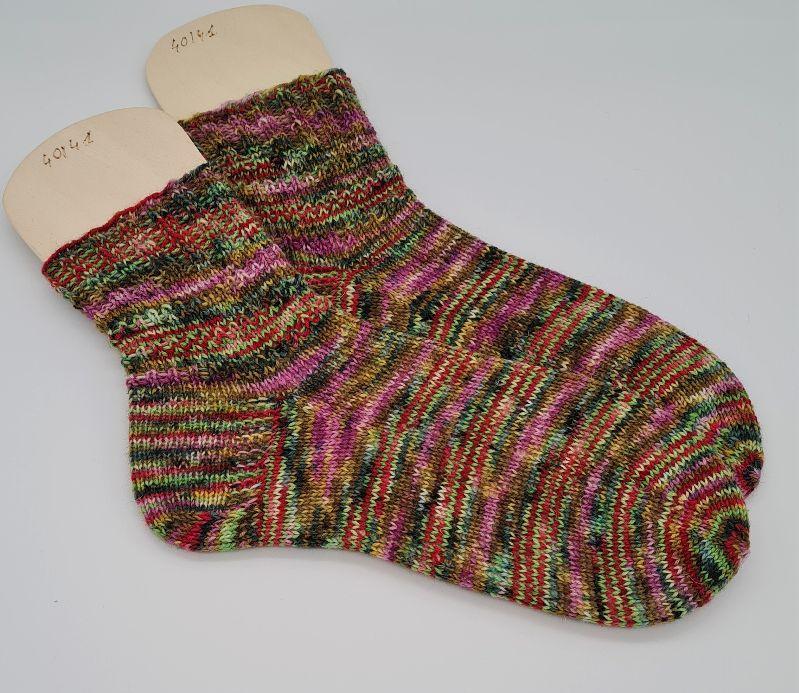 Kleinesbild - Gestrickte Socken in grün bunt, hand-dyed, Gr. 40/41, Stricksocken, Kuschelsocken, handgestrickt von  la piccola Antonella