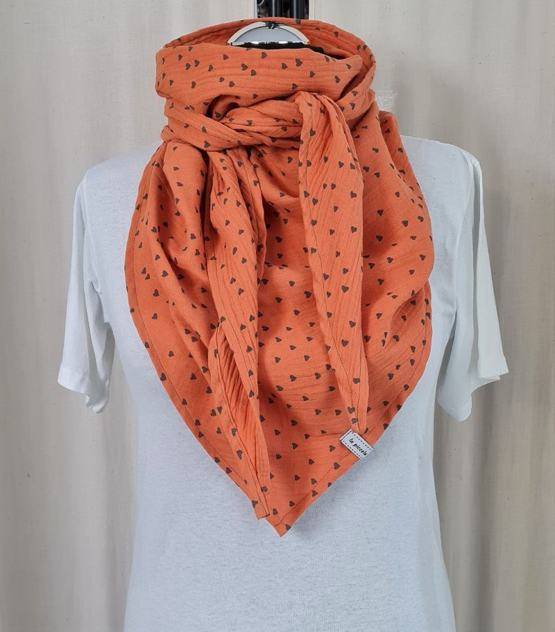 Kleinesbild - Dreieckstuch aus Musselinstoff in mandarine mit Herzchen, Musselintuch, leichter Schal, handmade von la piccola Antonella