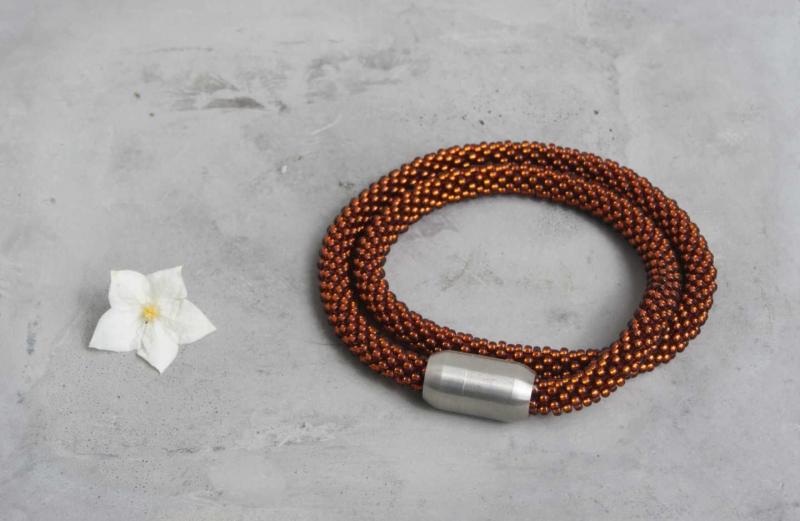 Kleinesbild - kupferfarbene kurze Halskette aus glänzenden Rocailles-Perlen gehäkelt * herbstlich und edel