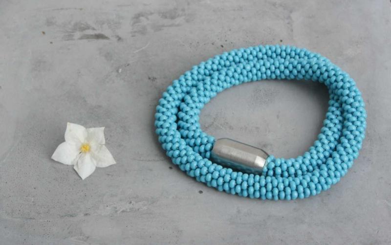 Kleinesbild - himmelblaue kurze Halskette aus glänzenden Rocailles-Perlen gehäkelt * himmlisch-fröhlicher Farbtupfer