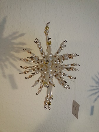 Kleinesbild - Perlenstern handgefertigt in weiß gold als Weihnachtsschmuck oder Fensterdeko