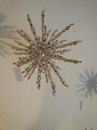 - Perlenstern handgefertigt in weiß gold als Weihnachtsschmuck oder Fensterdeko - Perlenstern handgefertigt in weiß gold als Weihnachtsschmuck oder Fensterdeko