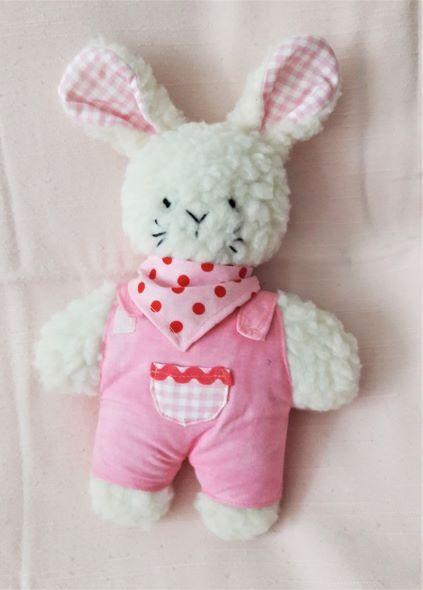 - Plüschhase handgefertigt beige mit rosa Overall für Mädchen - Plüschhase handgefertigt beige mit rosa Overall für Mädchen