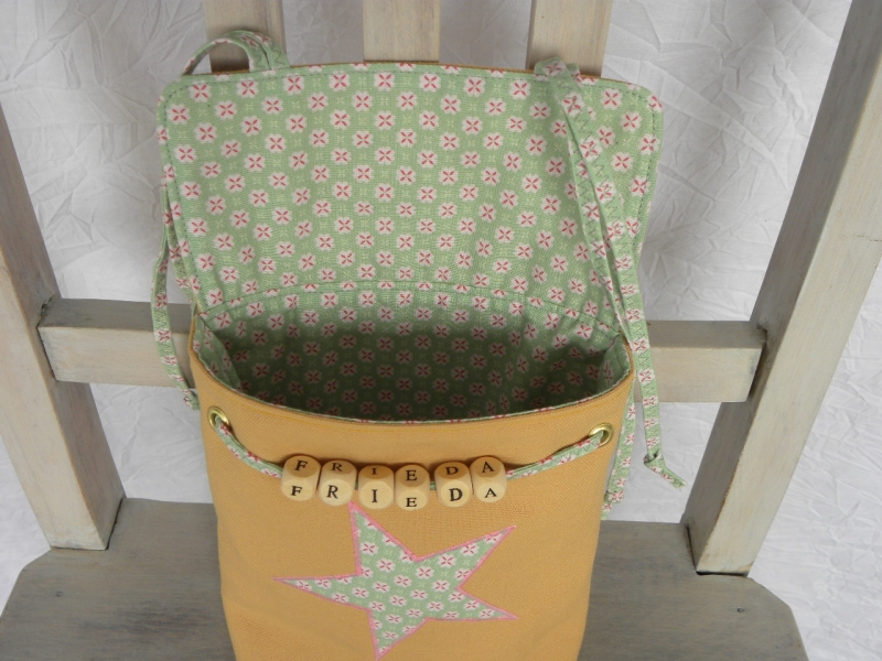 Kleinesbild - Bettutensilo Frieda Mischgewebe/BW Grün-Gelb mit persönlichem Namen und Stern-Applikation