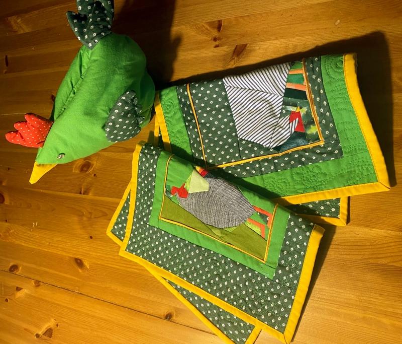 Kleinesbild - Frühstückset Hühnenhof bestehend aus 2 Deckchen und einem Eierwärmer_Huhn