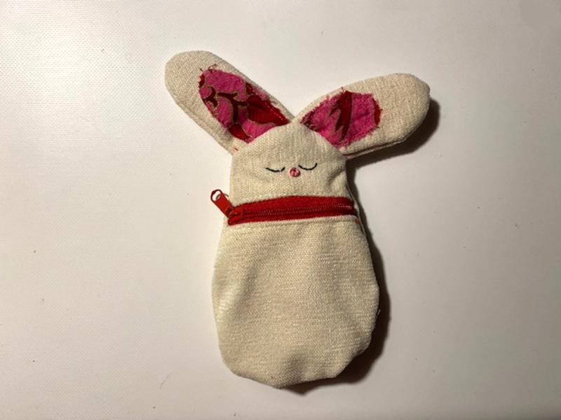Kleinesbild - Kleine Hasen-Börse mit Reißverschluss, bestickt, gefüttert, ca. 15cm