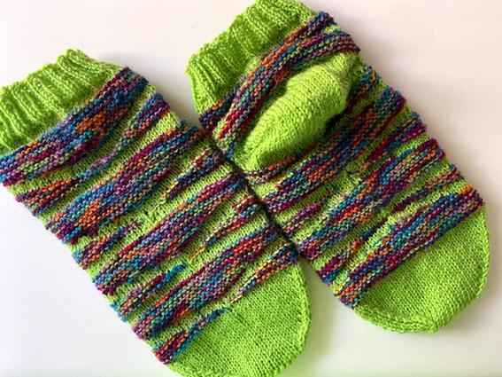 Kleinesbild - Handgestrickte Kurz-Socke_Größe 38-39_mit kurzem Schaft_gelbgrün-Bunt in Wellen_Sockenwolle