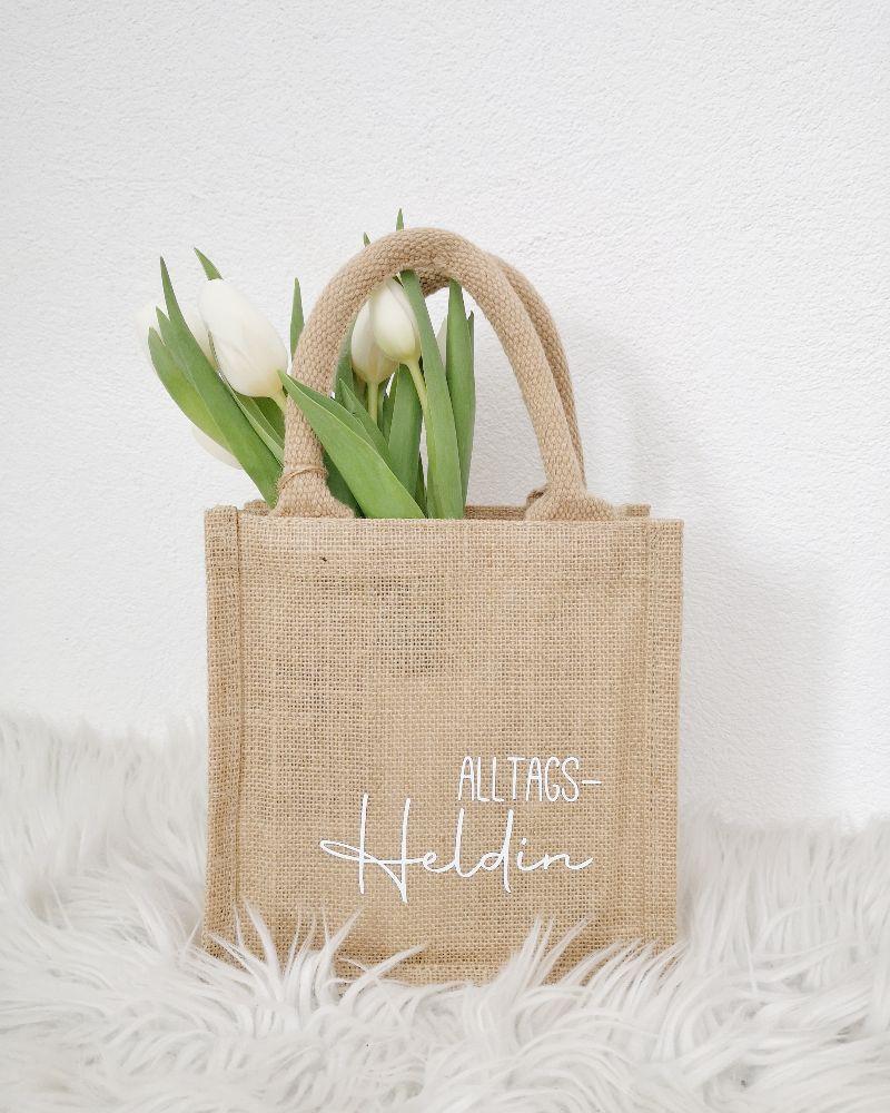Kleinesbild - Jutetasche, Geschenktasche mit Aufschrift Alltagsheldin, nachhaltige Geschenkverpackung