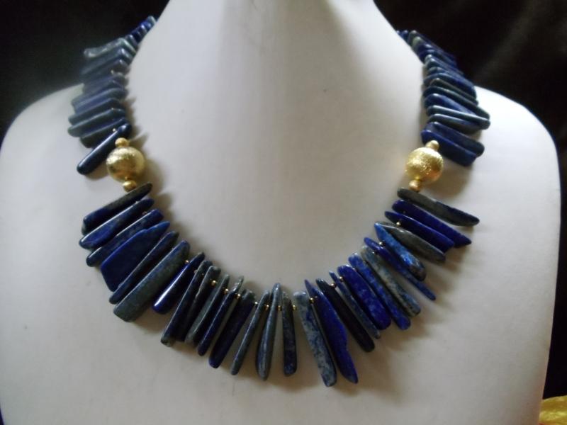- Handgefertigte Lapis Lazuli Kette aus Stäben und aufgerauhten, goldfarbenen Kugel - Handgefertigte Lapis Lazuli Kette aus Stäben und aufgerauhten, goldfarbenen Kugel