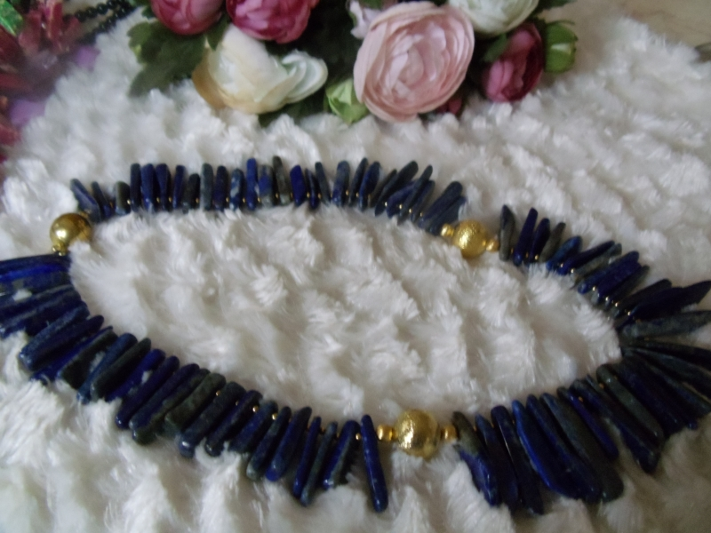 Kleinesbild - Handgefertigte Lapis Lazuli Kette aus Stäben und aufgerauhten, goldfarbenen Kugel