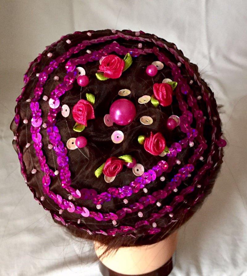 Kleinesbild - Organzadutthäubchen mit pinkfarbenen Perlen, Pailletten und Bastelrosen Größe L