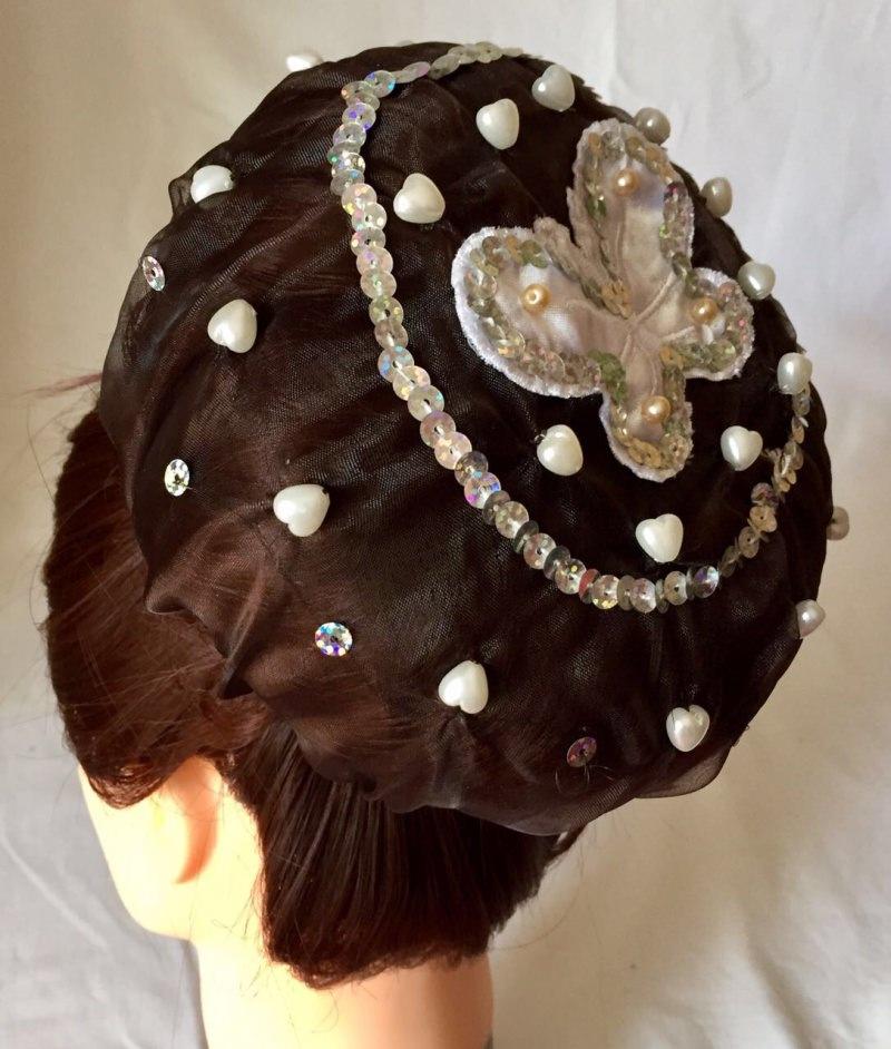 Kleinesbild - Organzadutthäubchen mit Applikation, weißen Perlen und Silberpailletten größe XL