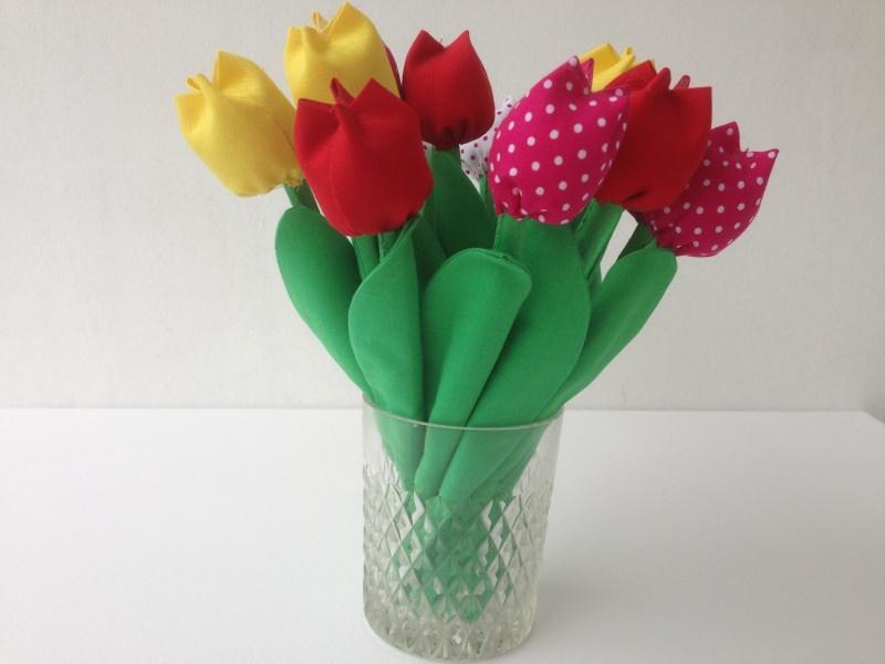Kleinesbild - Selbstgemachte bunte Tulpen aus Baumwolle, Strohhalm und Füllmaterial