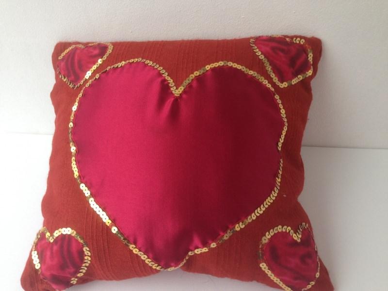- Romantischer Kissenbezug mit roten Herzen und goldenen Pailletten  - Romantischer Kissenbezug mit roten Herzen und goldenen Pailletten