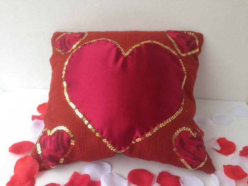 Kleinesbild - Romantischer Kissenbezug mit roten Herzen und goldenen Pailletten