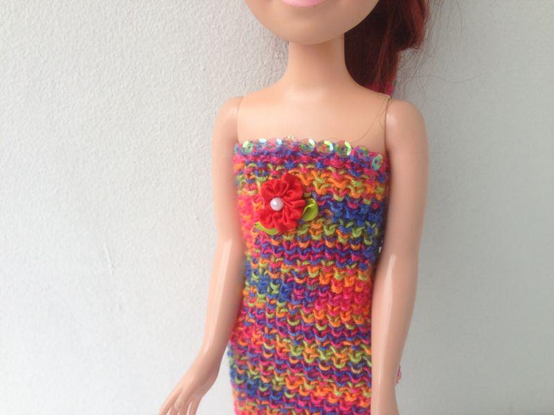 Kleinesbild - Ein gestricktes Etuikleid bunt lang für eine schlanke Puppe von 40 cm Größe