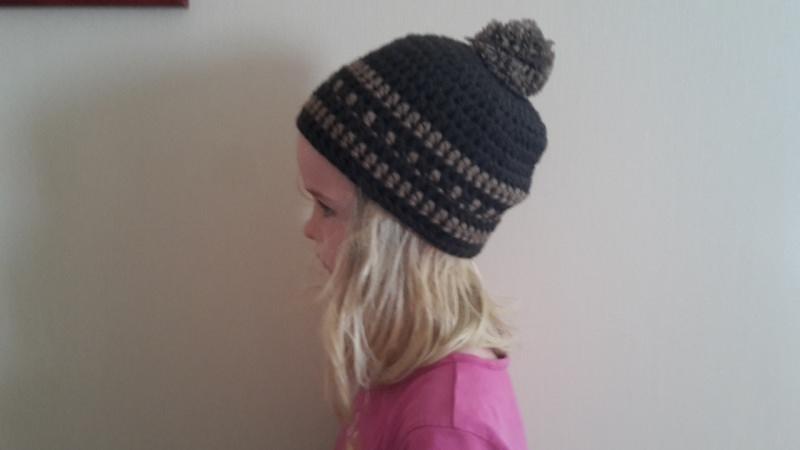 - Gehäkelte Mütze Pudelmütze für Kinder, Winter mit Bommel in braun - Gehäkelte Mütze Pudelmütze für Kinder, Winter mit Bommel in braun