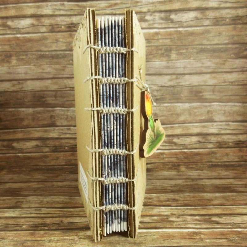 Kleinesbild - Nachhaltiges Notizbuch mit Coptic-Stitch-Bindung und Holzanhänger Tulpenmännchen Din A6