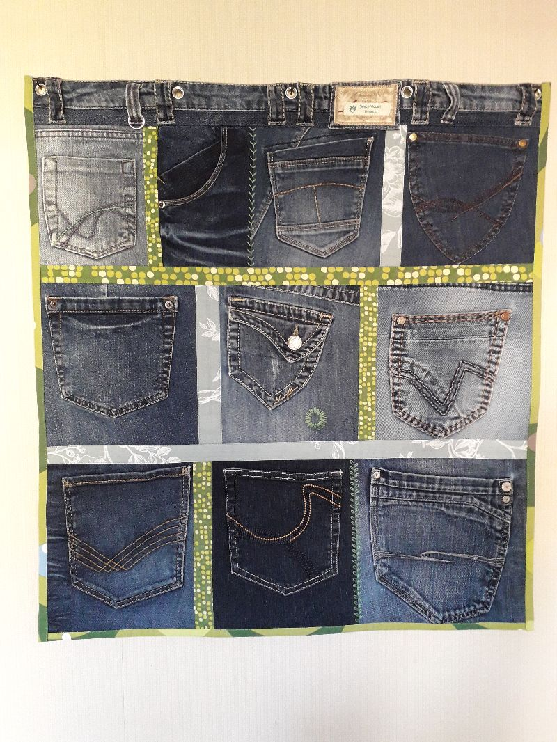 Kleinesbild - Wandtasche aus Jeanshosentaschen in Blau-Grün mit Stickerei