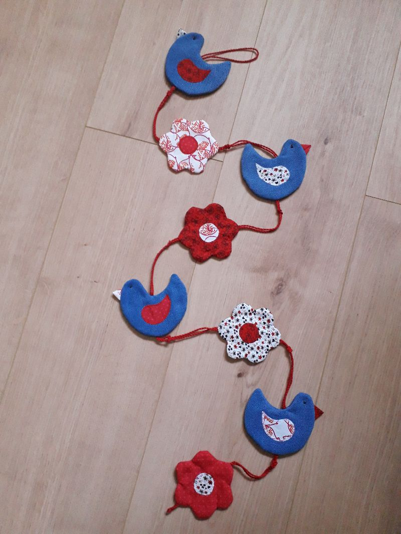 - Vielseitige Stoff-Girlande mit Vögel und Blumen in Blau-Rot - Vielseitige Stoff-Girlande mit Vögel und Blumen in Blau-Rot