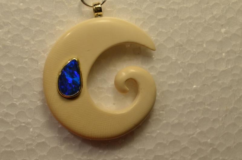 - Handgefertigter Mammutelfenbeinanhänger mit eien blauen Opal -  Nr 28 - Handgefertigter Mammutelfenbeinanhänger mit eien blauen Opal -  Nr 28