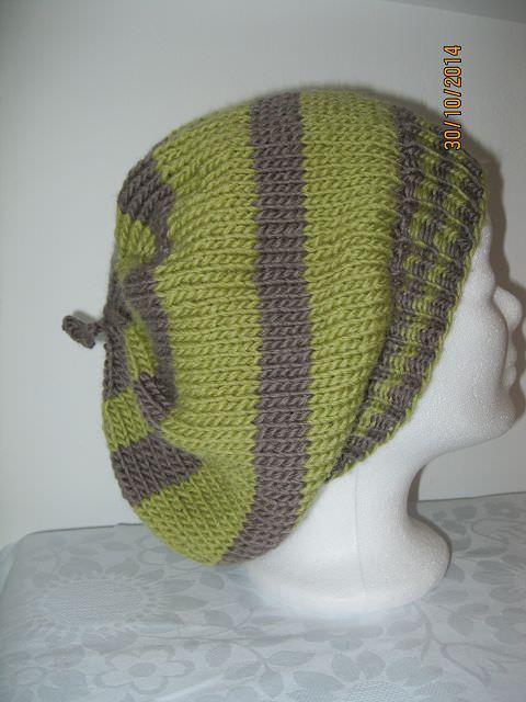 - Ballonmütze gestrickt mit grünen und grauen Streifen - Ballonmütze gestrickt mit grünen und grauen Streifen