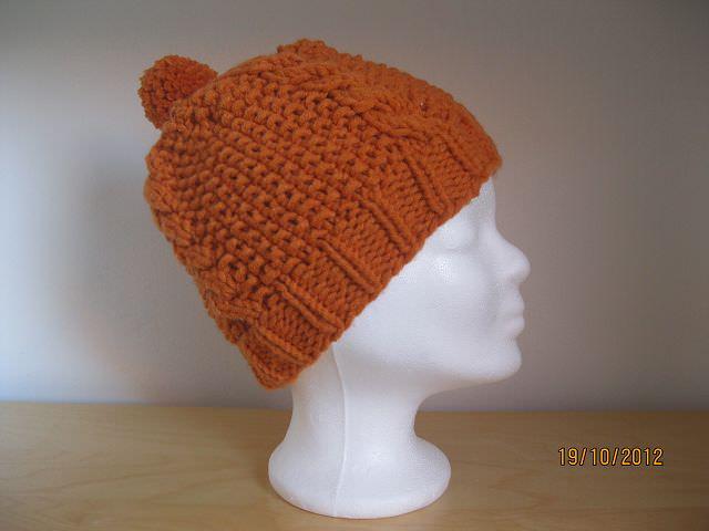 - Mütze gestrickt, orange mit Zopfmuster und Bommel - Mütze gestrickt, orange mit Zopfmuster und Bommel