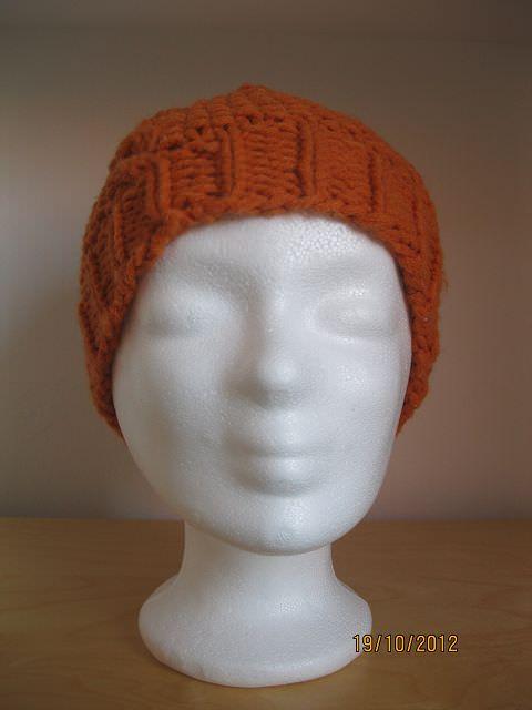 Kleinesbild - Mütze gestrickt, orange mit Zopfmuster und Bommel